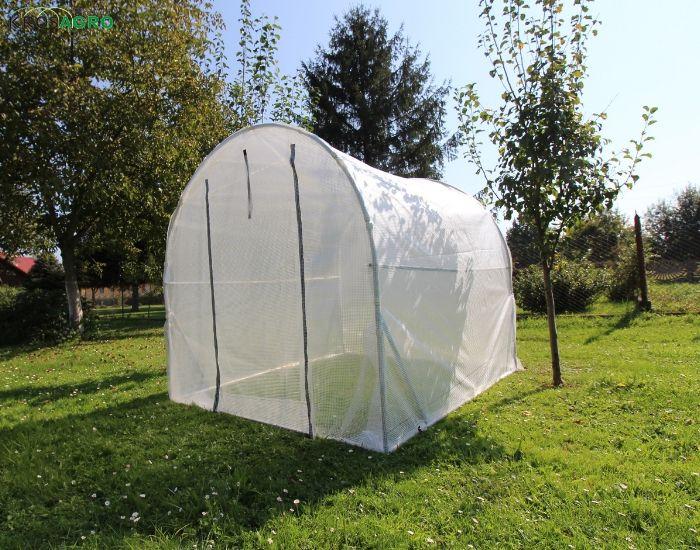 ein Foliengewächshaus zum Wachsen im Garten
