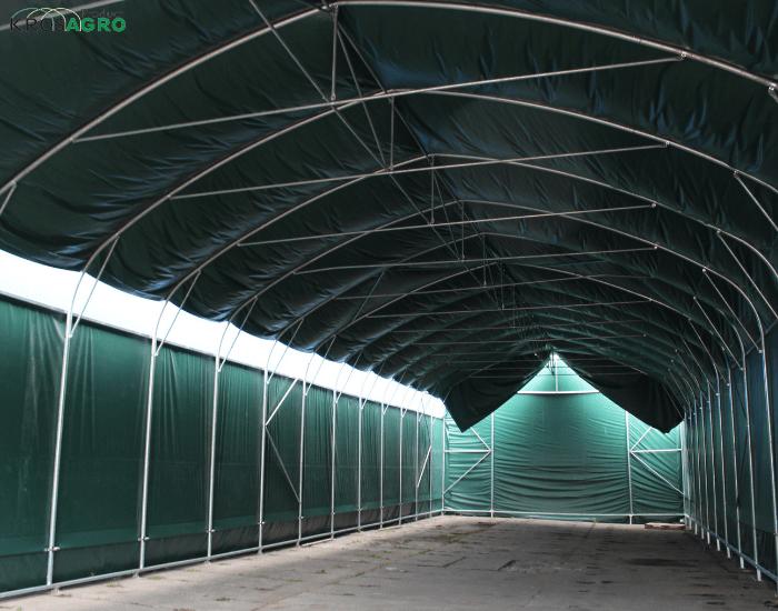 Das Innere der Zelthalle