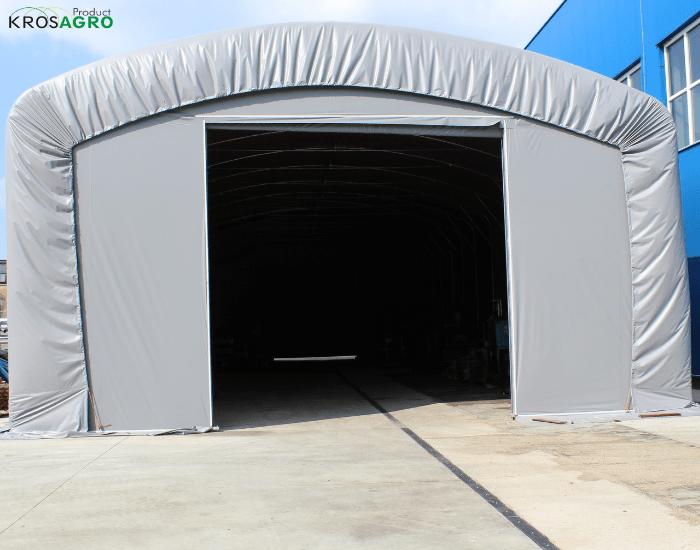 Garage in einem Zelt, das mit einer Plane abgedeckt ist