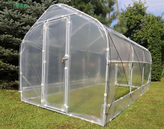 Cuando las plantas de cannabis se ponen al aire libre en verano en un mini invernadero - fabricante de invernaderos - Krosagro